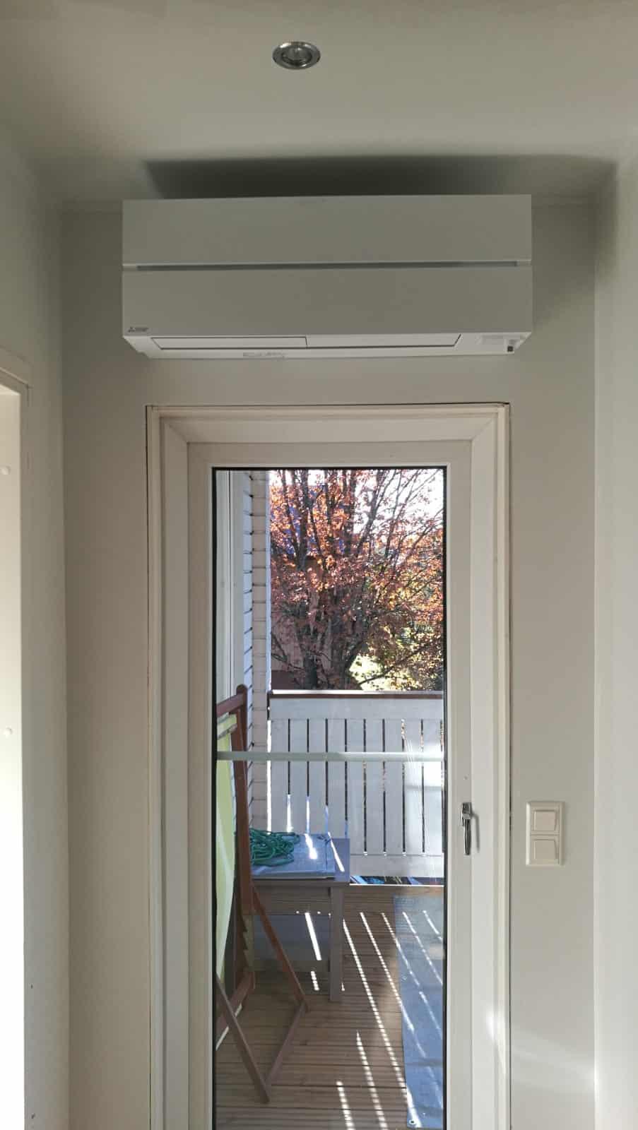Hesatek Oy ilmalämpöpumppu oven päälle asennettuna
